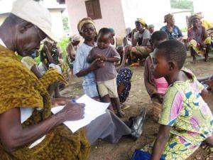 Simon Ngota beim Registrieren der schulfähigen Kinder in Kpatinga.