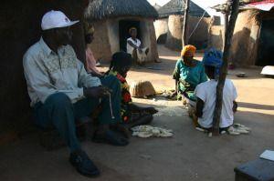 Bisweilen sagt Simon Ngota, er sei mittlerweile selbst einer von den Flüchtlingen geworden, so lange habe er mit ihnen gelebt. Das wichtigste sei, in den Asylen präsent zu sein als Ansprechpartner. Er ist stets ein gern gesehener Gast und häufig überreichen ihm Frauen eine Handvoll Erdnüsse, die er demonstrativ vor anderen Besuchern isst: er zeigt dadurch, dass er keine Angst hat, sich mit Hexengeistern anzustecken - ein Akt der Solidarisierung.